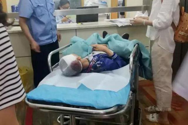10岁男童被坠落钢管砸中头 医院:已脱险