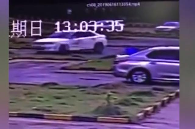 驾校学员倒车入库错把油门当刹车 车辆失控疯狂旋转