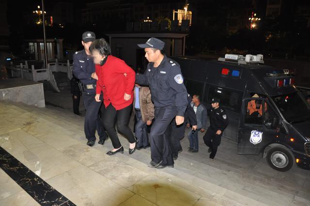 破坏道路、威胁 河池警方打掉一敲诈勒索团伙抓15人