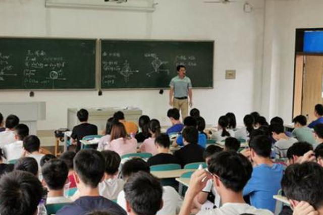 6月14日上午11时,谭艳祥在上这一学年的最后一堂高等数学课。洪克非/摄
