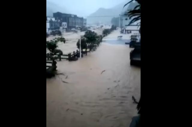 广西东兰遭暴雨袭击:通讯中断2小时 民房底层被淹