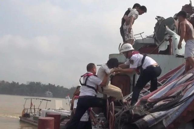 危急!贵港一满载砂石货船连撞两桥后沉没 多人受伤