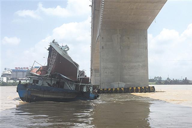 广西平南洪水过境 一货船失控撞桥船舱损毁!2人受伤