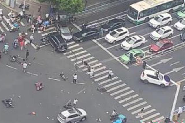 一奔驰车撞多辆电动车致3死10伤 司机被控制