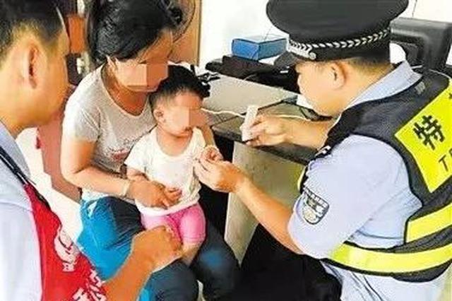 """弃婴被收养却成了""""黑户"""" 南宁民警做法感动一家人"""