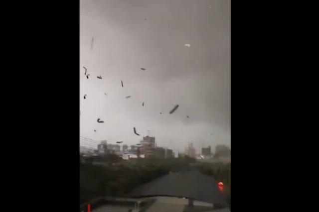 广西南宁出现大风天气 电线杆被漂浮物击中蹦出火花