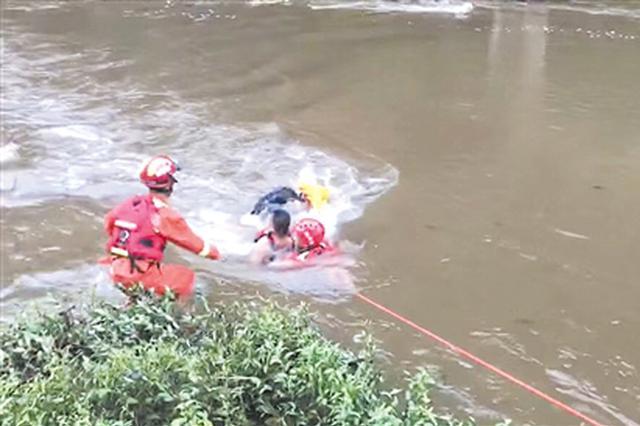 危险!山洪暴发上林37名游客被困 消防冒险渡河救援