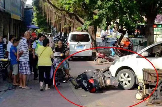 皇冠比分网站|官网一小车冲上人行道撞毁多辆电动车 司机:眼前一黑