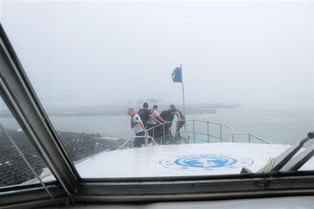 钦州海面刮起10级大风 14人被困无法靠岸