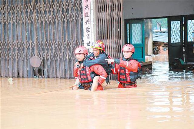防城港民房一楼全都被水淹没 孕妇老人儿童被困