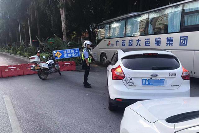 施工单位违规占道致拥堵 南宁交警开出5000元罚单
