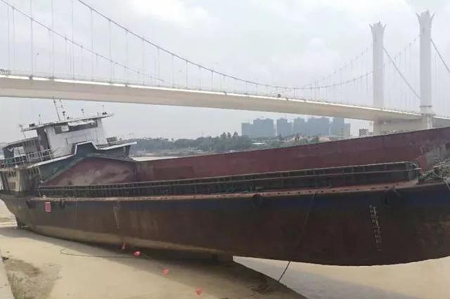 什么情况?600多吨大船竟然搁浅在贵港这大桥附近