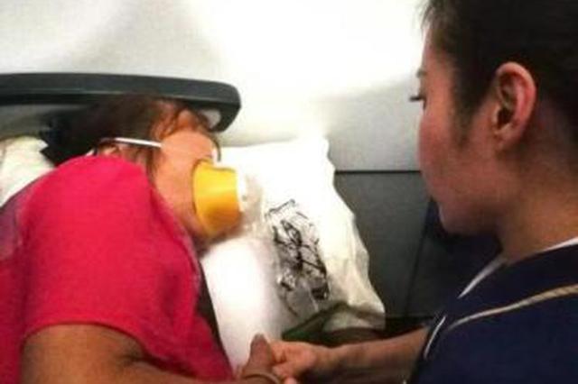 乘客空中突发疾病呼吸困难 空姐座椅夹缝蹲守两小时