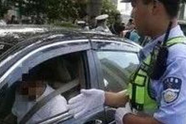 被坑了!男子来邕买二手车半路被交警拦截 车子有问题