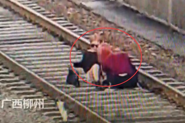 不作死就不会死!广西融水2名18岁女孩坐铁轨上自拍