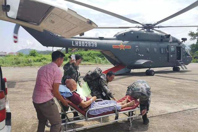 """我军""""和平列车""""医疗队送中国伤员抵达老挝万象"""