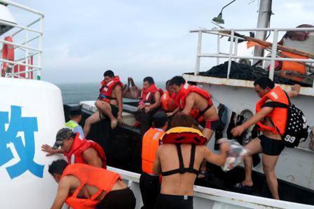 浙江东极上演海上生死大营救 渔船撞岛13名船员均获救