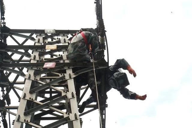 危险!南宁一男子爬高压塔摘蜂窝 触电被困30米高空