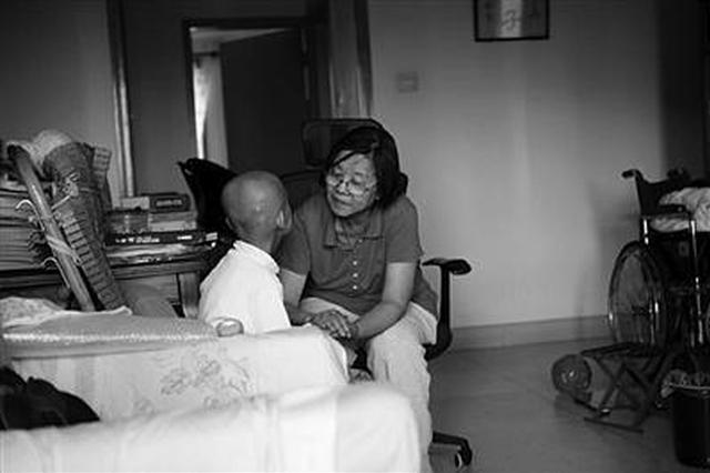 只因病房里多看一眼 陌生奶奶出钱出力帮助脑癌女童