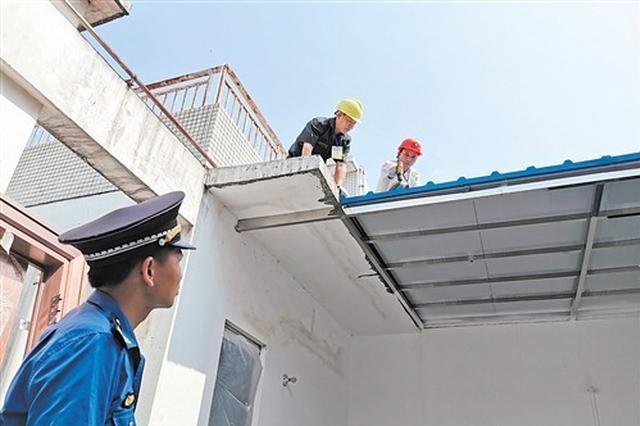 """拆!南宁业主砌墙""""圈地"""" 将公共天台占为己有"""