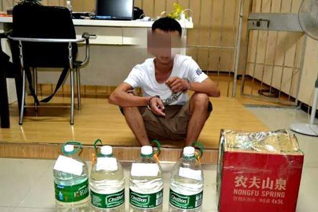 """云南建水警方缴获15.9公斤""""圣水"""" 实为液体冰毒"""