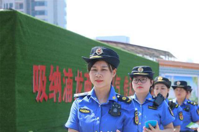 """广西柳州打造城管""""娘子军"""" 柔性执法减少冲突"""