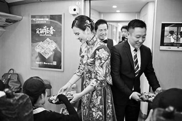 别样接亲仪式!纪念异地恋 广西新婚夫妻动车接亲