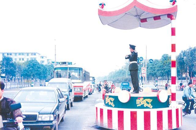 红绿灯从两色变三色 听老民警讲述邕城交通变迁史