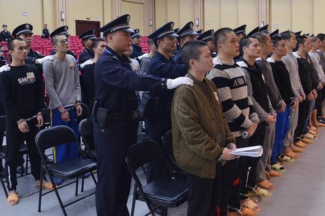 """武鸣""""府城帮""""涉黑案开审 42名成员被控12项罪名"""
