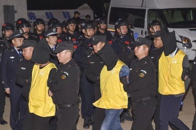 桂林公安连夜将10名跨国电信诈骗犯罪嫌疑人押解回国
