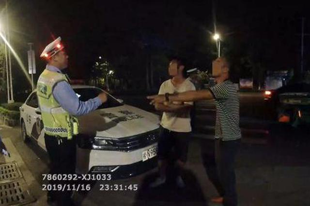 广西2名男子堵警车并叫嚣:有本事就打我 结果被拘