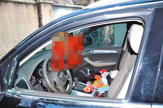 被盗车辆的车窗被砸破,车内物品被翻得乱七八糟