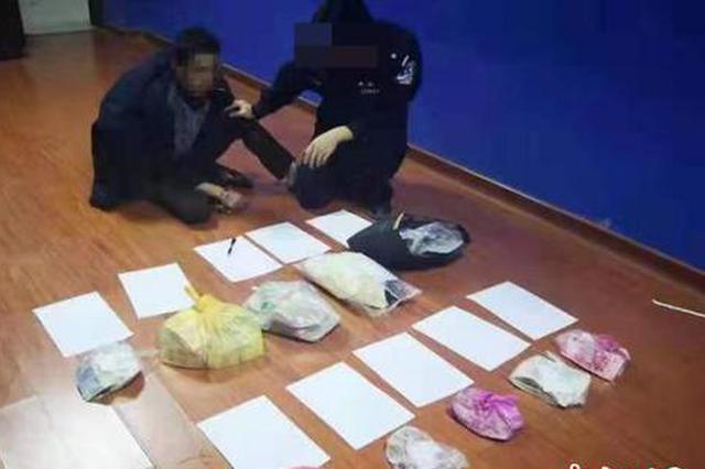 图为犯罪嫌疑人现场指证。 黄贻业 摄