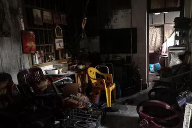 暖心一幕!广西九旬男子被困火场 数名邻居