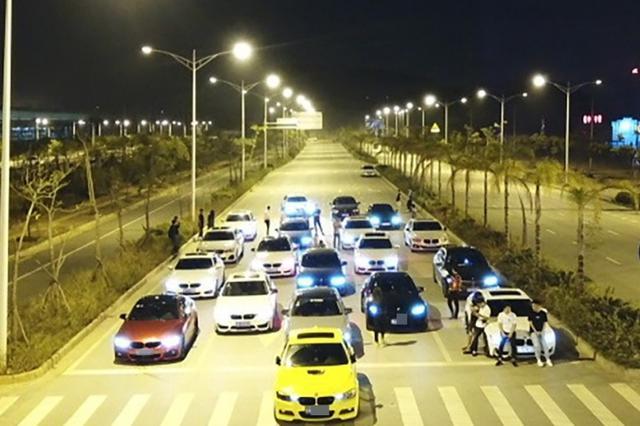 十几辆豪车相约南宁云景路飙车 成功引起交警注意