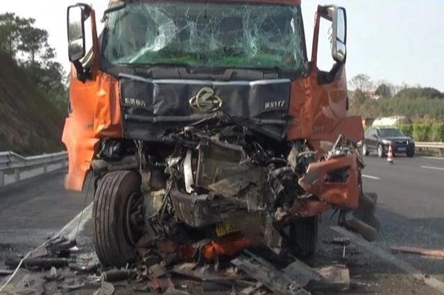痛心!兰海高速两半挂车追尾 致一司机当场死亡