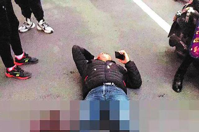 可怕!桂林一男子当街被刺5刀 躺在地上血流不止