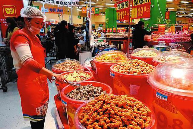 南宁年货零食琳琅满目 包装主打喜气中国风