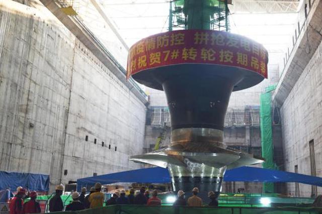 广西大藤峡工程新进展:水轮发电机组转轮吊装成功
