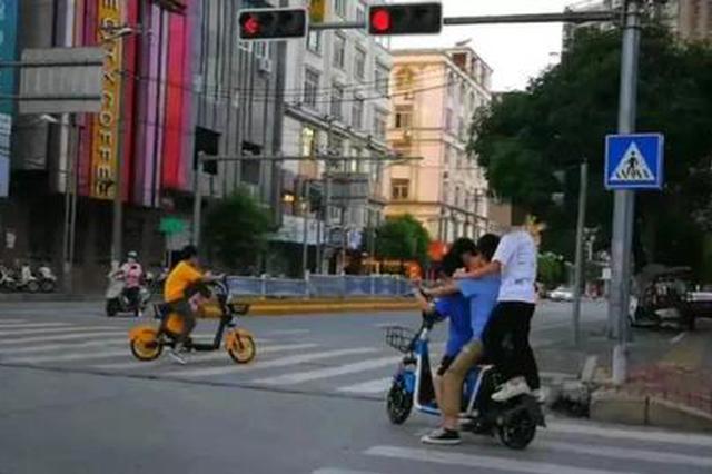 多人共骑共享电动车街头穿梭炫技 交警约你们谈谈