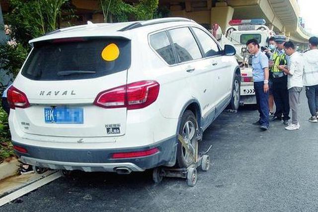 南宁交警在陈东村立交桥底查处、拖移违停机动车59辆