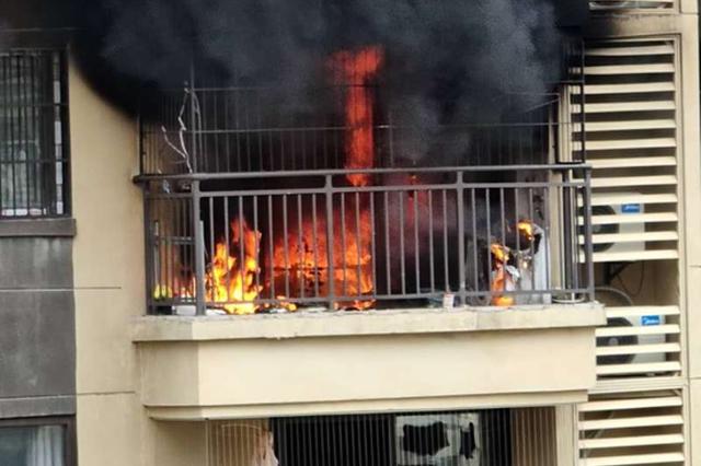 南宁一高层住宅起火 安全出口被锁?消防通报来了