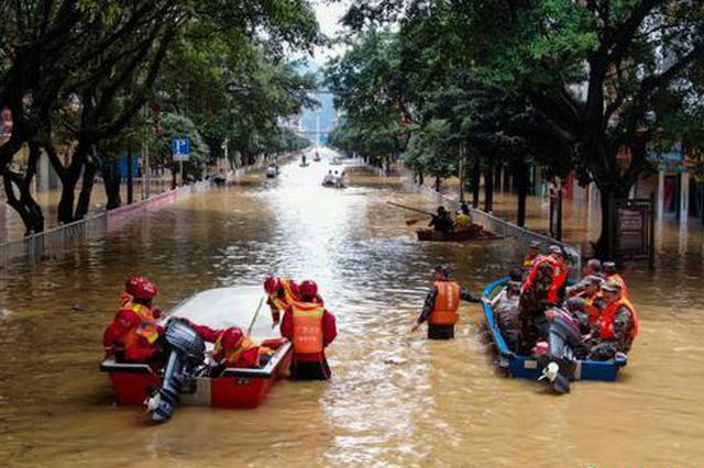 """洪水侵袭广西!县城街道成""""河道"""" 多部门展开救援"""