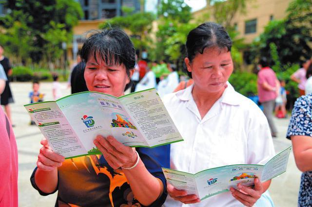 南宁垃圾强制分类全面铺开 居民学习意愿高涨