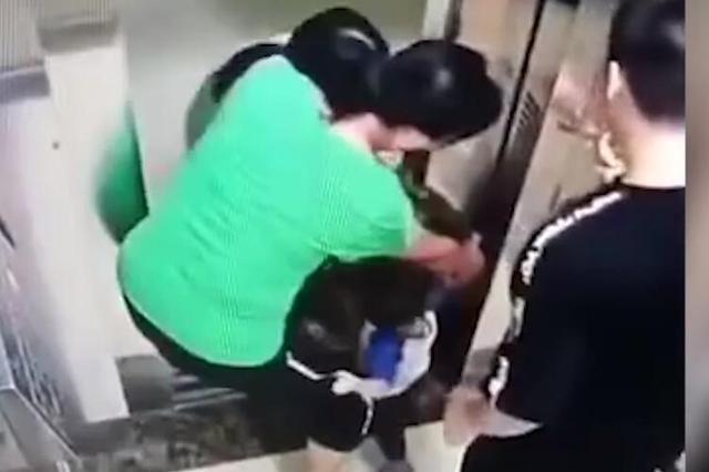 广西:家长未注意幼童电梯内摸门致卡手 惊魂70秒救出