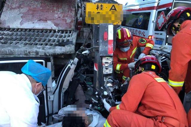 惨烈!桂A小车追尾水泥浇灌车 司机伤重可能要截肢