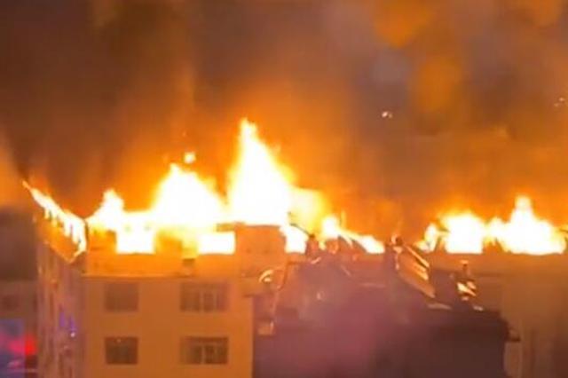 南宁一居民楼楼顶发生火灾 居民徒手爬墙逃生(视频)