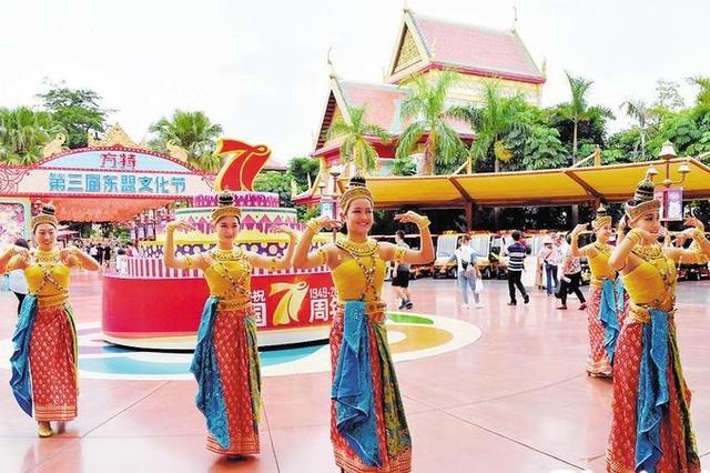 南宁各景区推文旅大餐 长假第一天近42万人打卡市内游