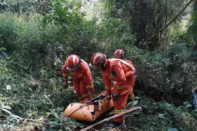 惊险!广西一轿车急转弯失控坠下60米深悬崖1人重伤