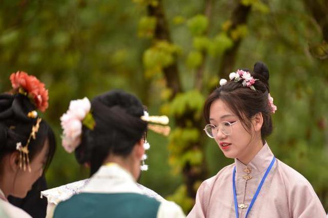 现场吸引数百位爱好者穿着中国风服饰参加。 王以照 摄
